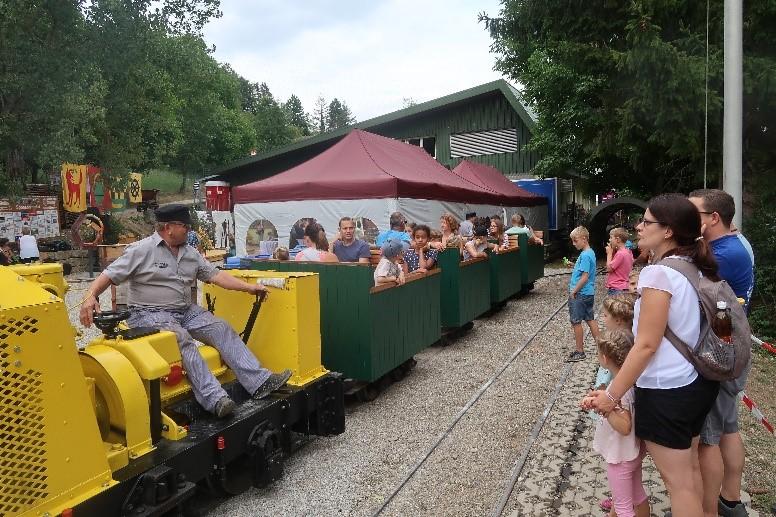 Die Bergwerkbahn ist bei Gross und Klein beliebt.