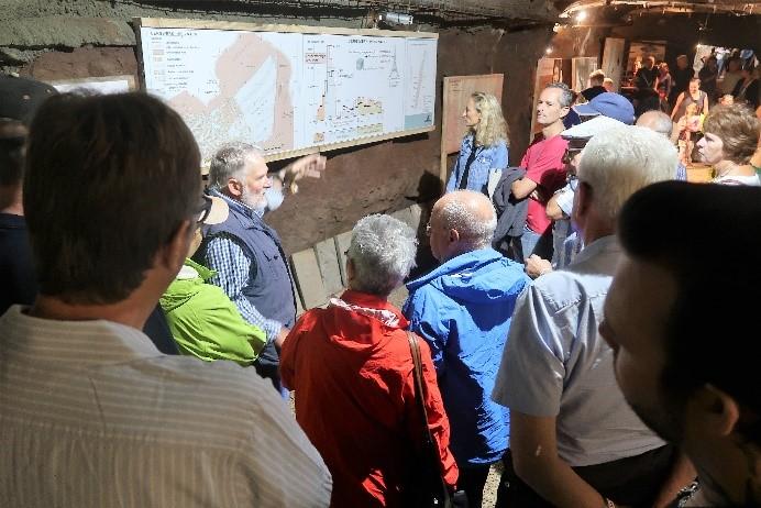 Interessierte Zuhörer: Hochbetrieb im Bergwerk-Stollen.