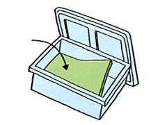 箱の底に不織布(緑面)を上にして氷+商品をいれると、余分な水が袋内に吸い込まれます。