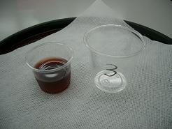 ワインの試飲が大流行。3オンスカップの試飲が多いのですが、いまや何種類のワインを勧めることも多く、中には口をつけて残りを平気で捨てる人も出る始末。1オンスボトムカップは少量をたくさんに見せることが出来ます。