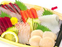 鮮魚の刺身に大葉の彩り演出。