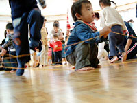 何やっているかわかりますか? 幼児教室のお遊び室で、父兄が輪ゴムを自由にどんどん伸ばして、張り巡らしたところを、子供たちがもぐって歩き回っているところです。
