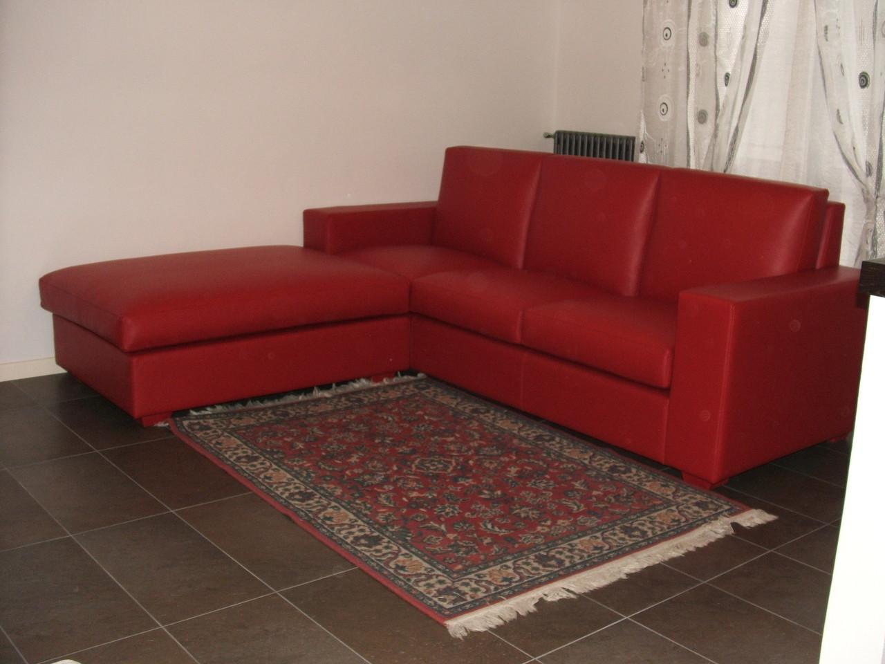 divano pelle pieno fiore rossa con penisola