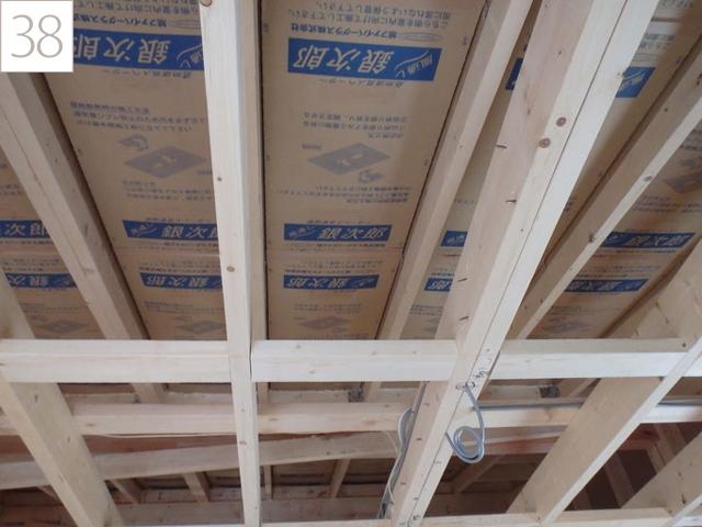 38.屋根の通気層を確保します。