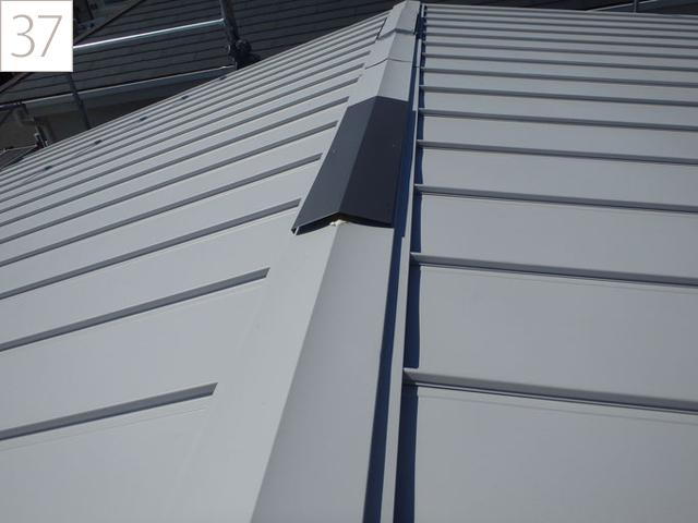 37.棟換気部材をつけ、雨水の浸入を防ぎます。