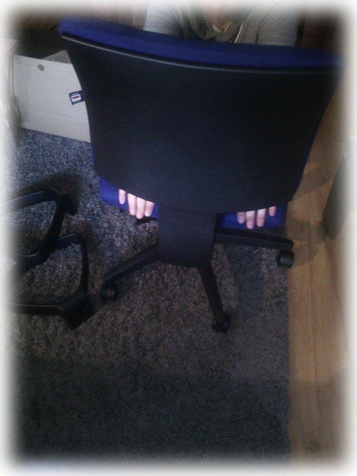 Man muß die Sitzfläche, nochmals durch leichten Druck einrasten lassen.