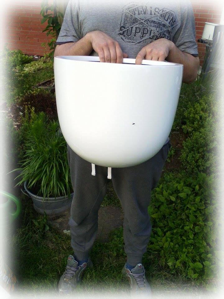 Da kann man genau sehen, wie groß der Pflanzkübel ist. Er bedeckt einen großen teil von meinem Freund :)