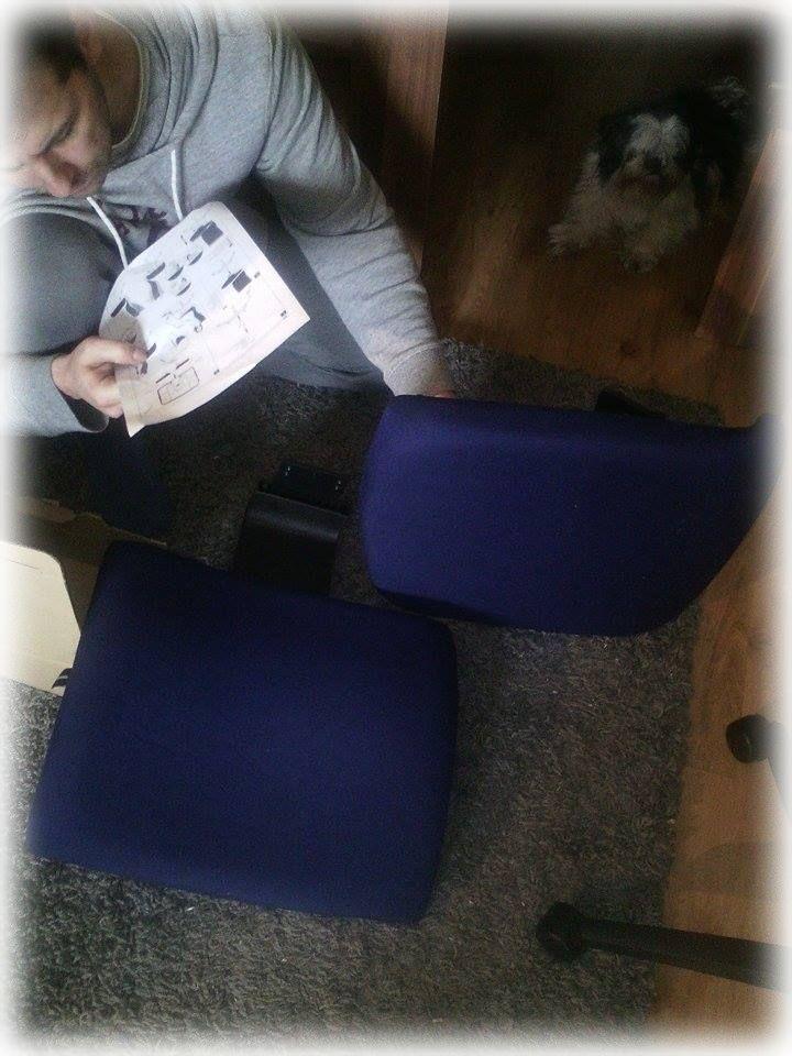 Die Rückenlehne und die Sitzfläche befestigen