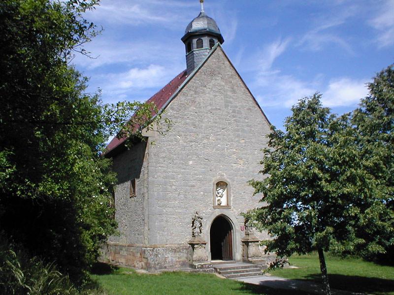 St. Anna-Kapelle, eine beliebte Hochzeitskapelle neben Burg Steinsberg  |   Bild von p.schmelzle - Eigenes Werk, CC BY-SA 2.5, https://commons.wikimedia.org/w/index.php?curid=2133655
