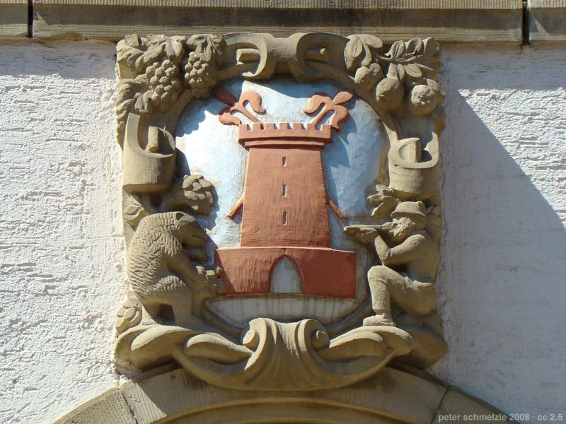 Das Ortswappen von Sinsheim-Weiler am alten Rathaus  |   Bild von peter schmelzle - Eigenes Werk, CC BY-SA 3.0, https://commons.wikimedia.org/w/index.php?curid=4040877