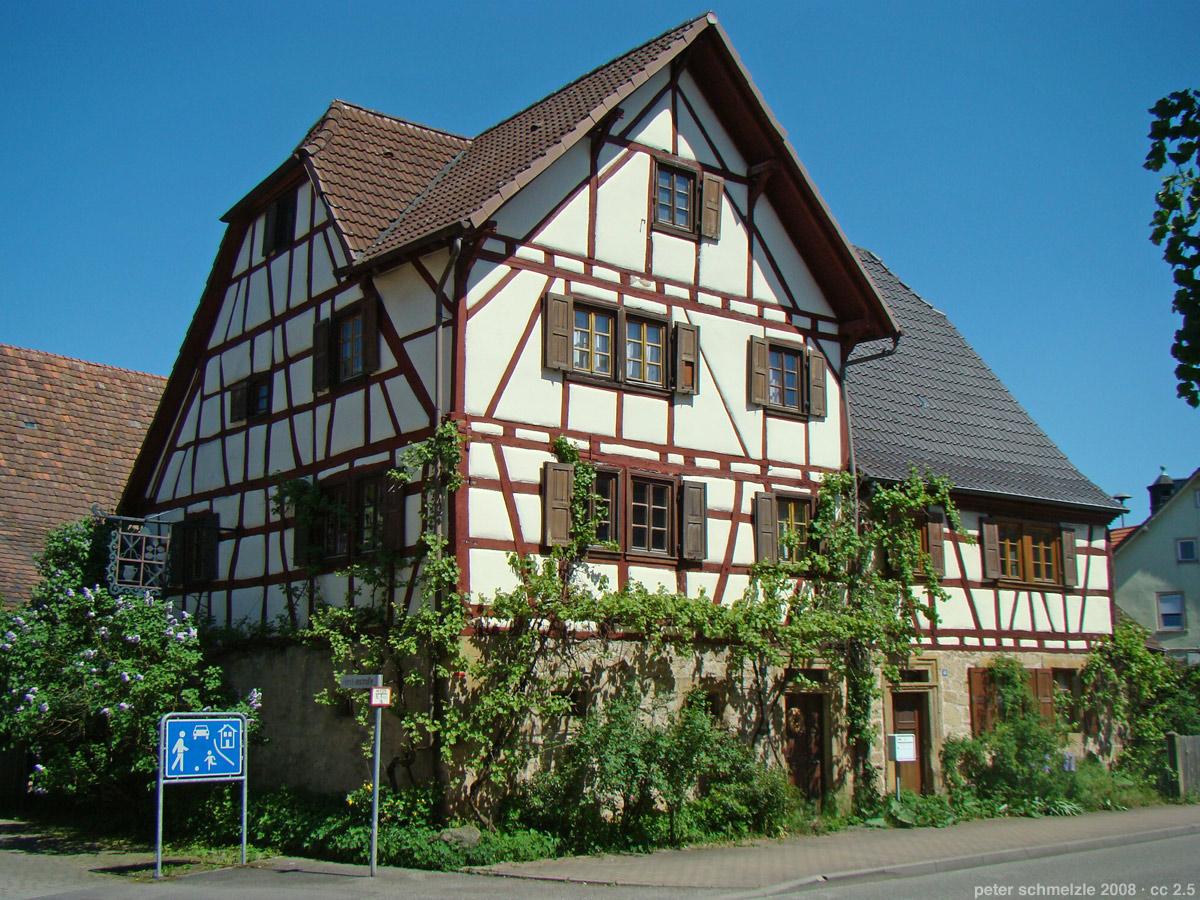 Pittoreskes Fachwerkhaus mit Kreuzgiebel in Sinsheim-Weiler  |   Bild von peter schmelzle - Eigenes Werk, CC BY-SA 3.0, https://commons.wikimedia.org/w/index.php?curid=4040870