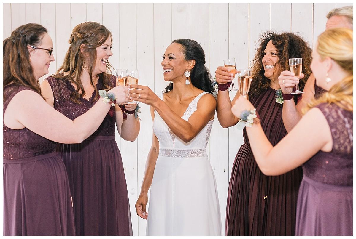 anstoßen mit bridal gang Neimeshof Kempen boho Hochzeit freie Trauung Scheunenhochzeit Hochzeitsfotograf Niederrhein Jane Weber