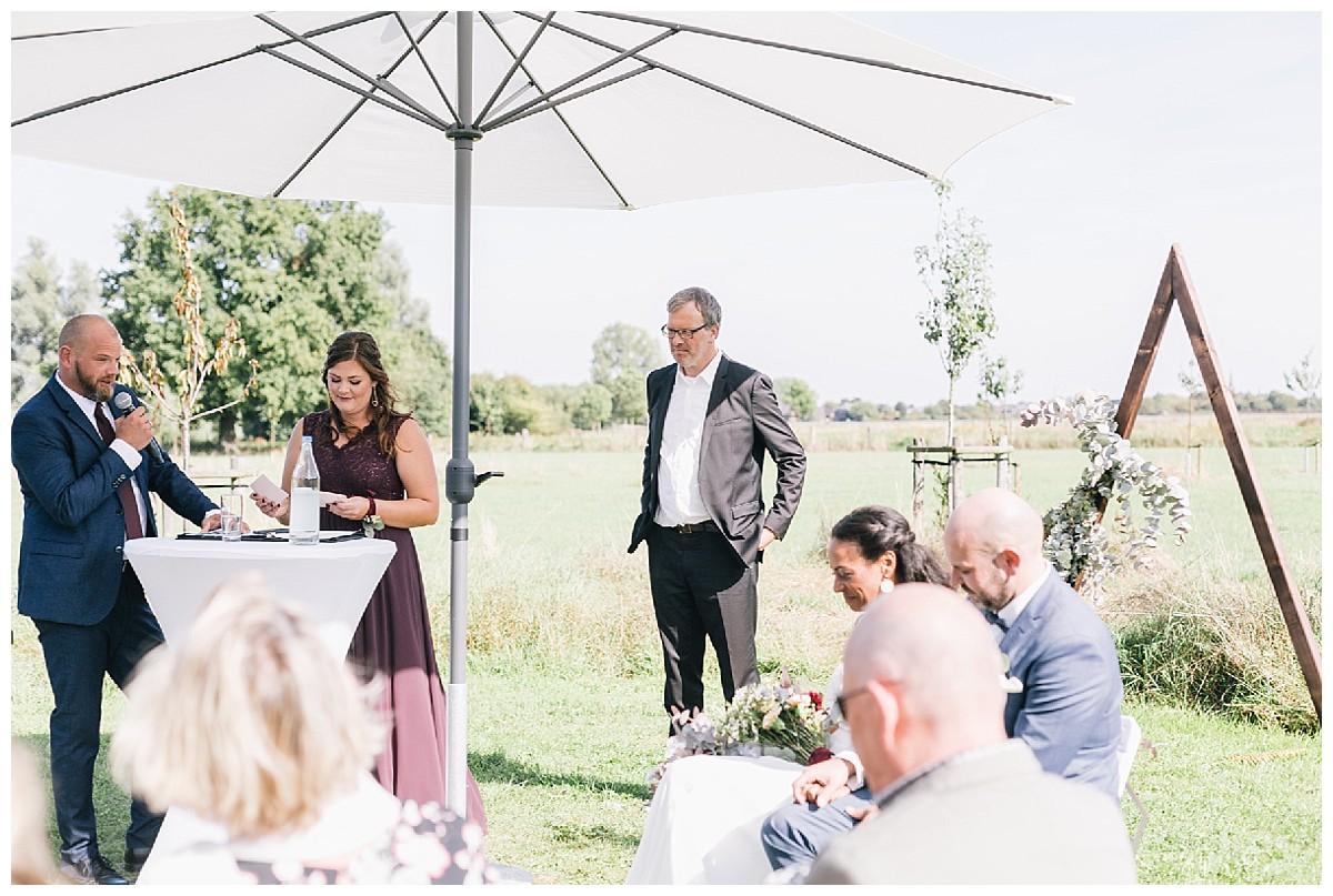 reden bei Trauung Neimeshof Kempen boho Hochzeit freie Trauung Scheunenhochzeit Hochzeitsfotograf Niederrhein Jane Weber