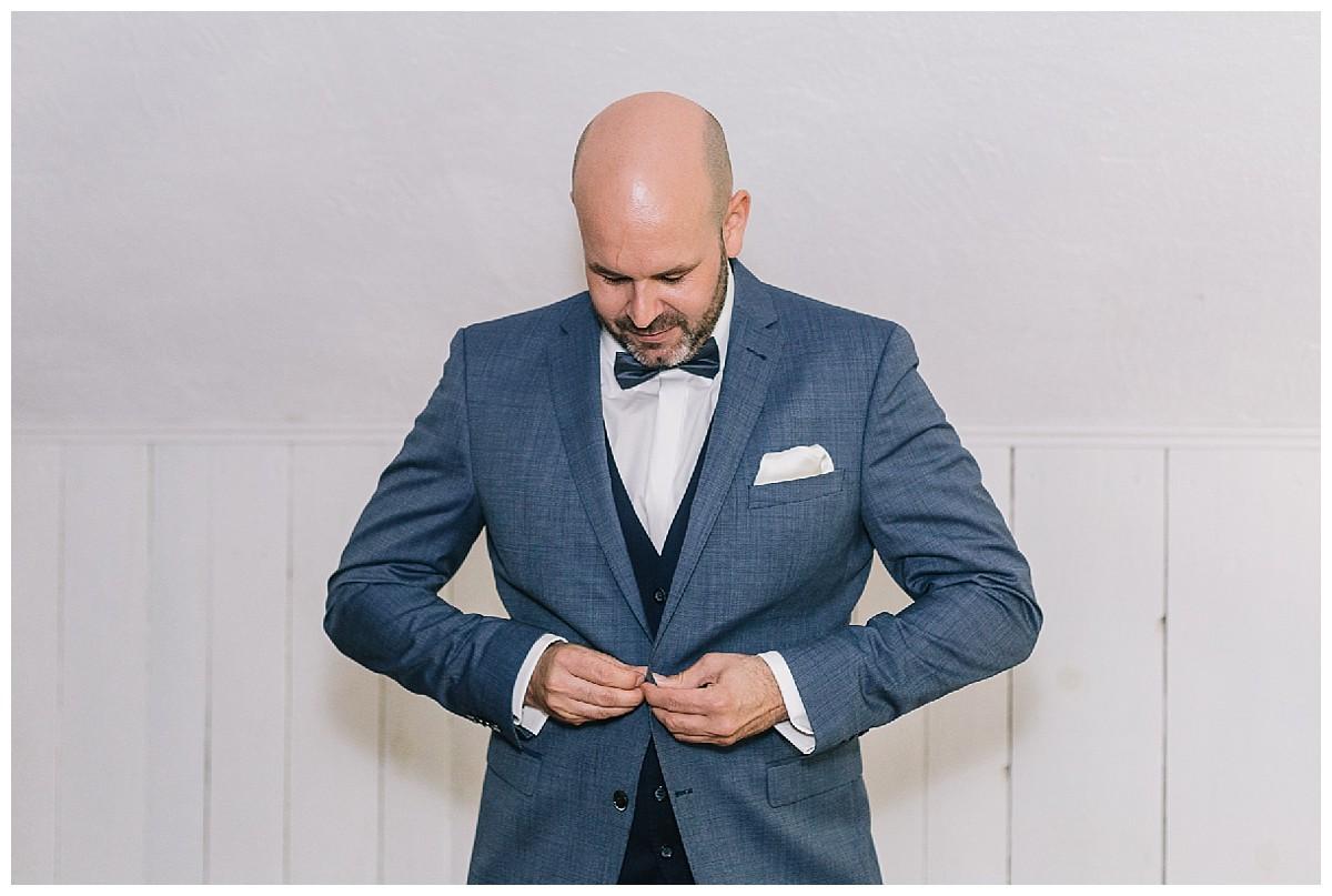 Anzug schließen Neimeshof Kempen boho Hochzeit freie Trauung Scheunenhochzeit Hochzeitsfotograf Niederrhein Jane Weber