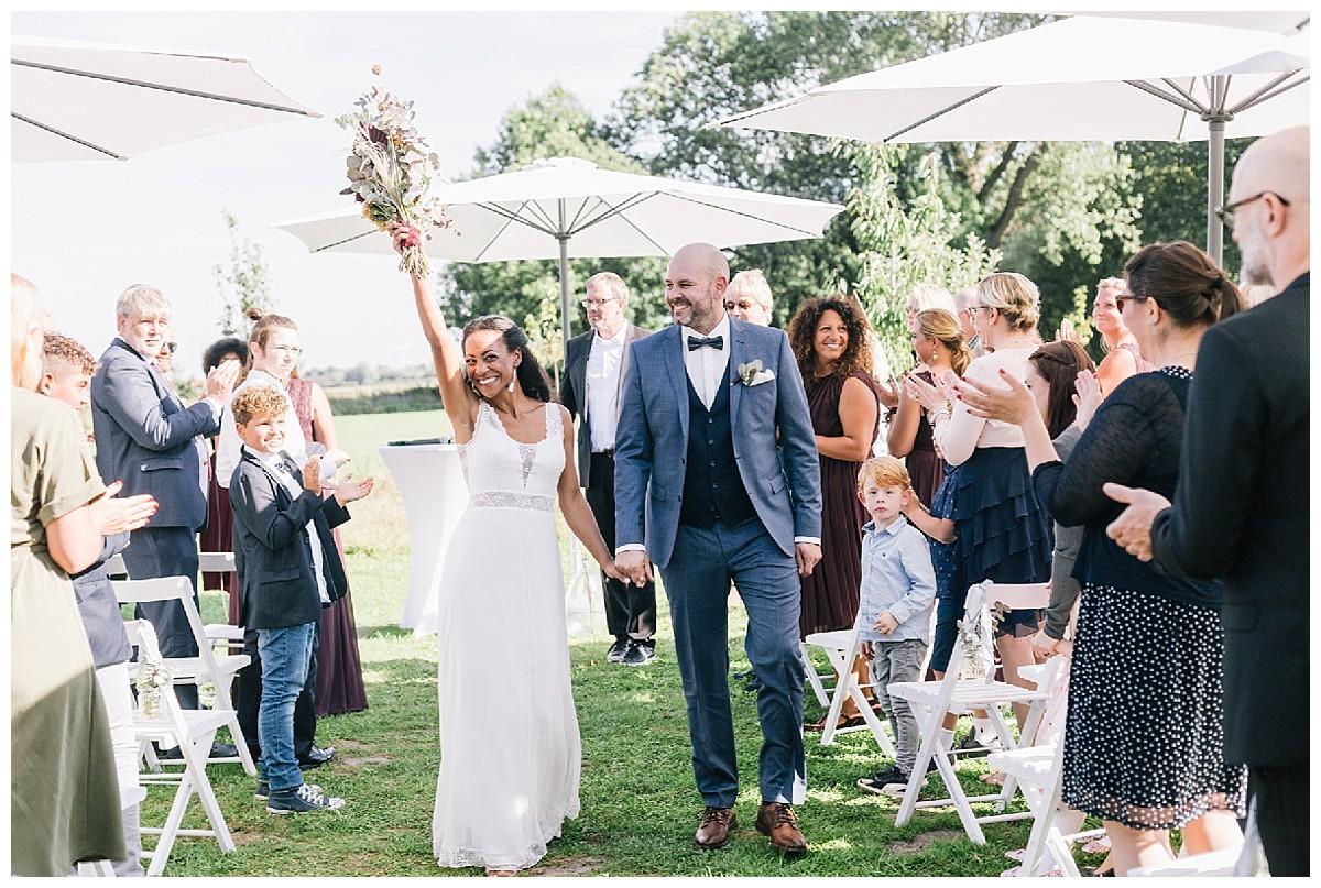 Auszug freie Trauung Neimeshof Kempen boho Hochzeit freie Trauung Scheunenhochzeit Hochzeitsfotograf Niederrhein Jane Weber