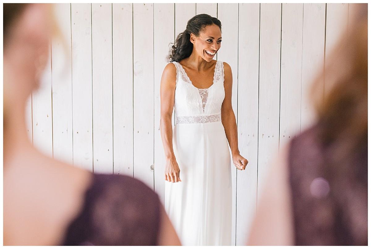 aufgeregte braut vor Trauung Neimeshof Kempen boho Hochzeit freie Trauung Scheunenhochzeit Hochzeitsfotograf Niederrhein Jane Weber
