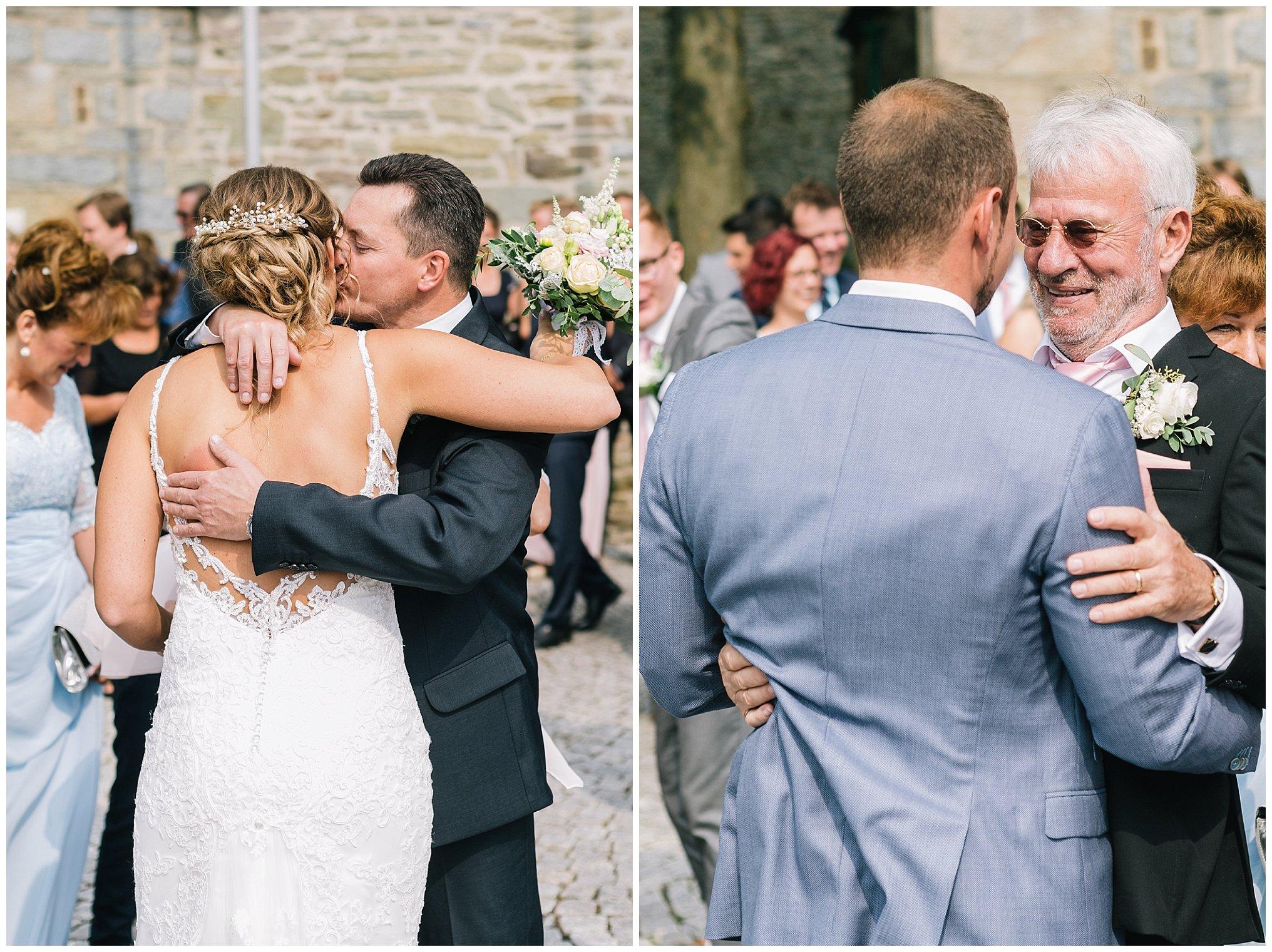 Gratulation Umarmung Golfhotel Vesper Hochzeit Sprockhövel Hochzeitsfotograf Jane Weber boho chic vintage fine art