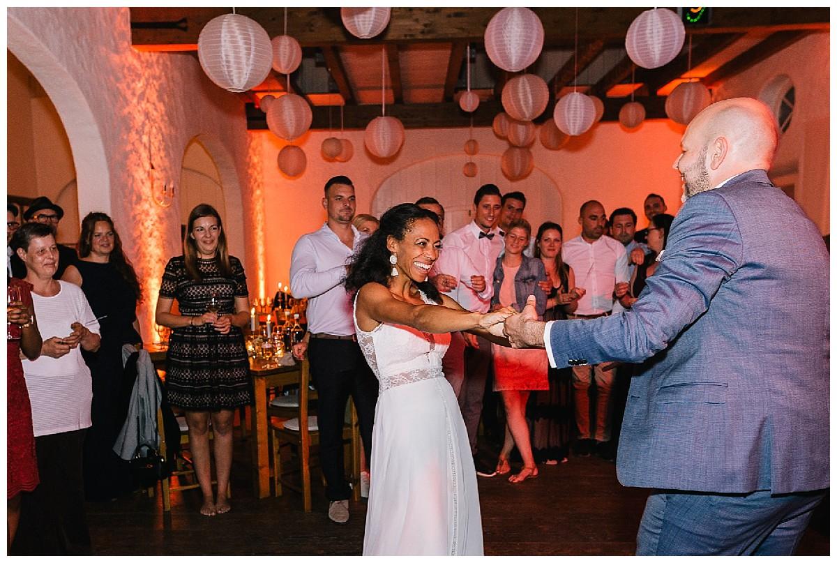 first dance Neimeshof Kempen boho Hochzeit freie Trauung Scheunenhochzeit Hochzeitsfotograf Niederrhein Jane Weber