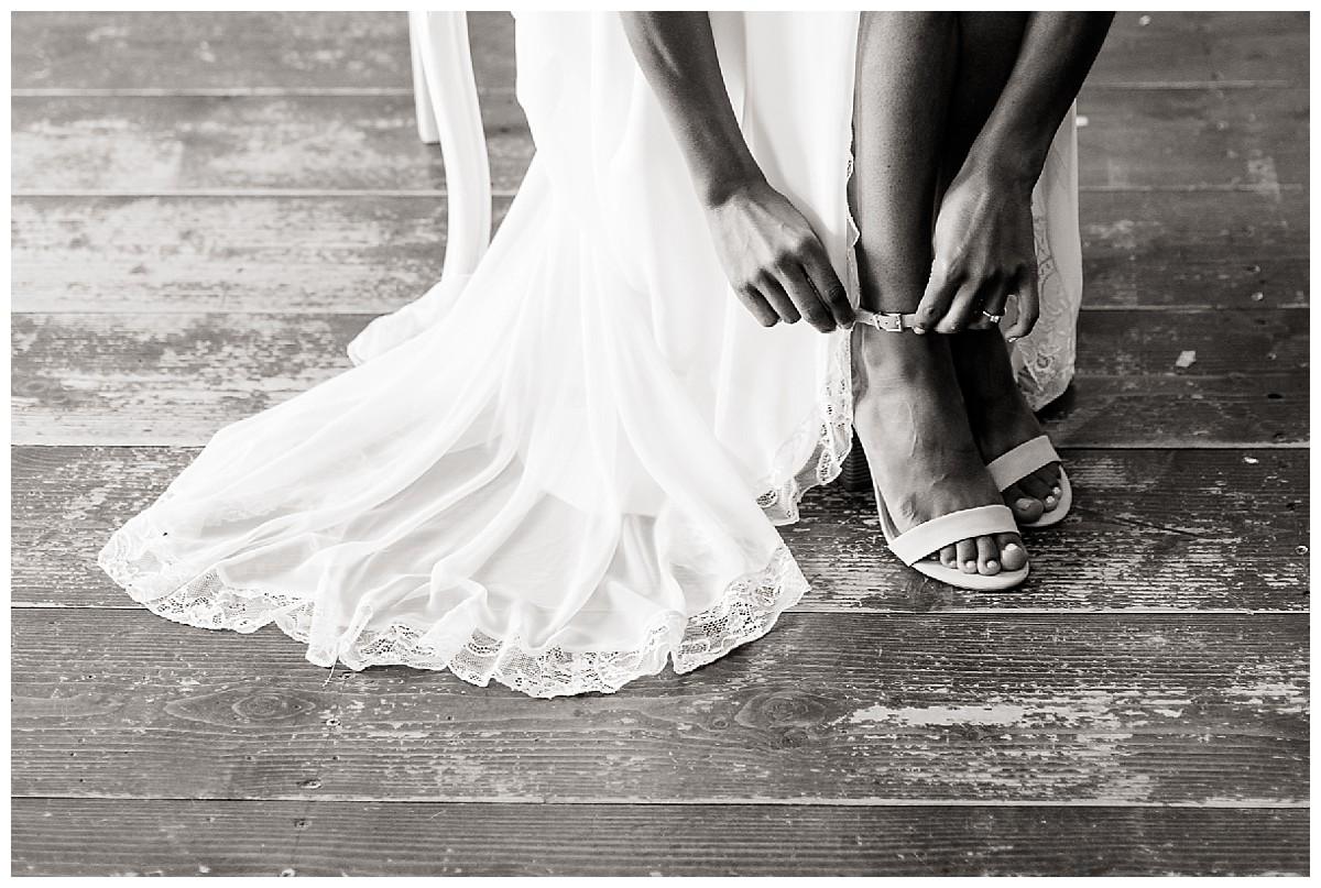 braut Schuhe getting ready Neimeshof Kempen boho Hochzeit freie Trauung Scheunenhochzeit Hochzeitsfotograf Niederrhein Jane Weber