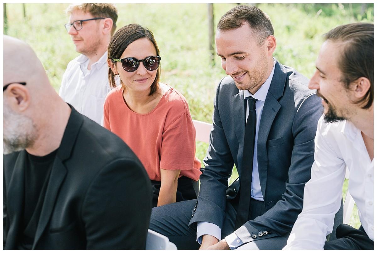 Gäste bei Trauung Neimeshof Kempen boho Hochzeit freie Trauung Scheunenhochzeit Hochzeitsfotograf Niederrhein Jane Weber