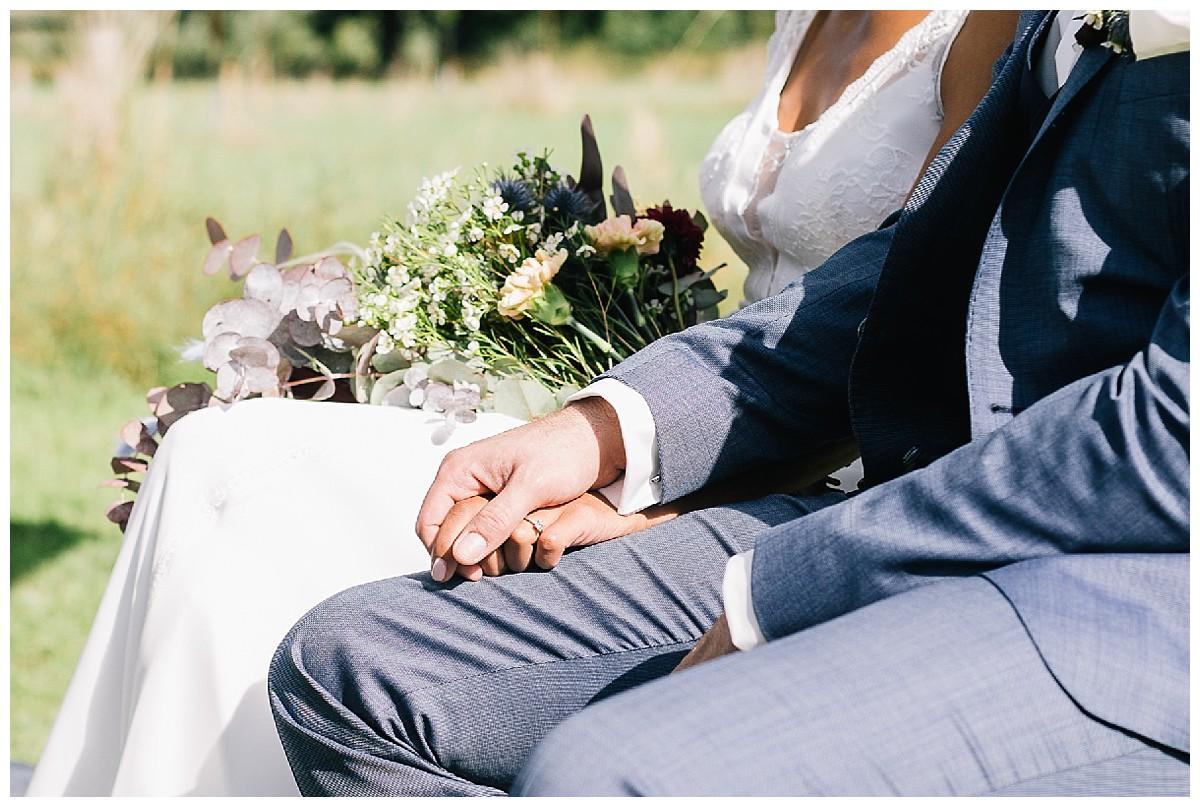Hand in Hand Neimeshof Kempen boho Hochzeit freie Trauung Scheunenhochzeit Hochzeitsfotograf Niederrhein Jane Weber