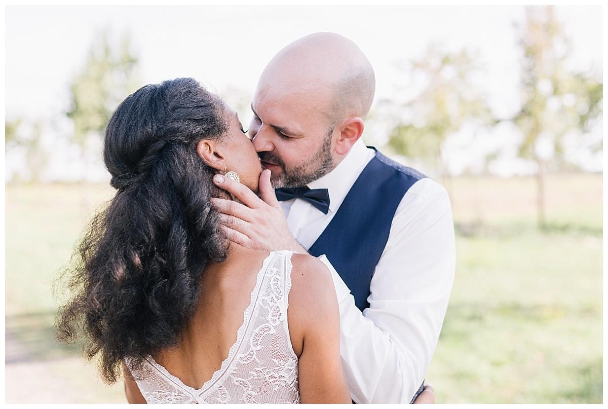kuss Neimeshof Kempen boho Hochzeit freie Trauung Scheunenhochzeit Hochzeitsfotograf Niederrhein Jane Weber