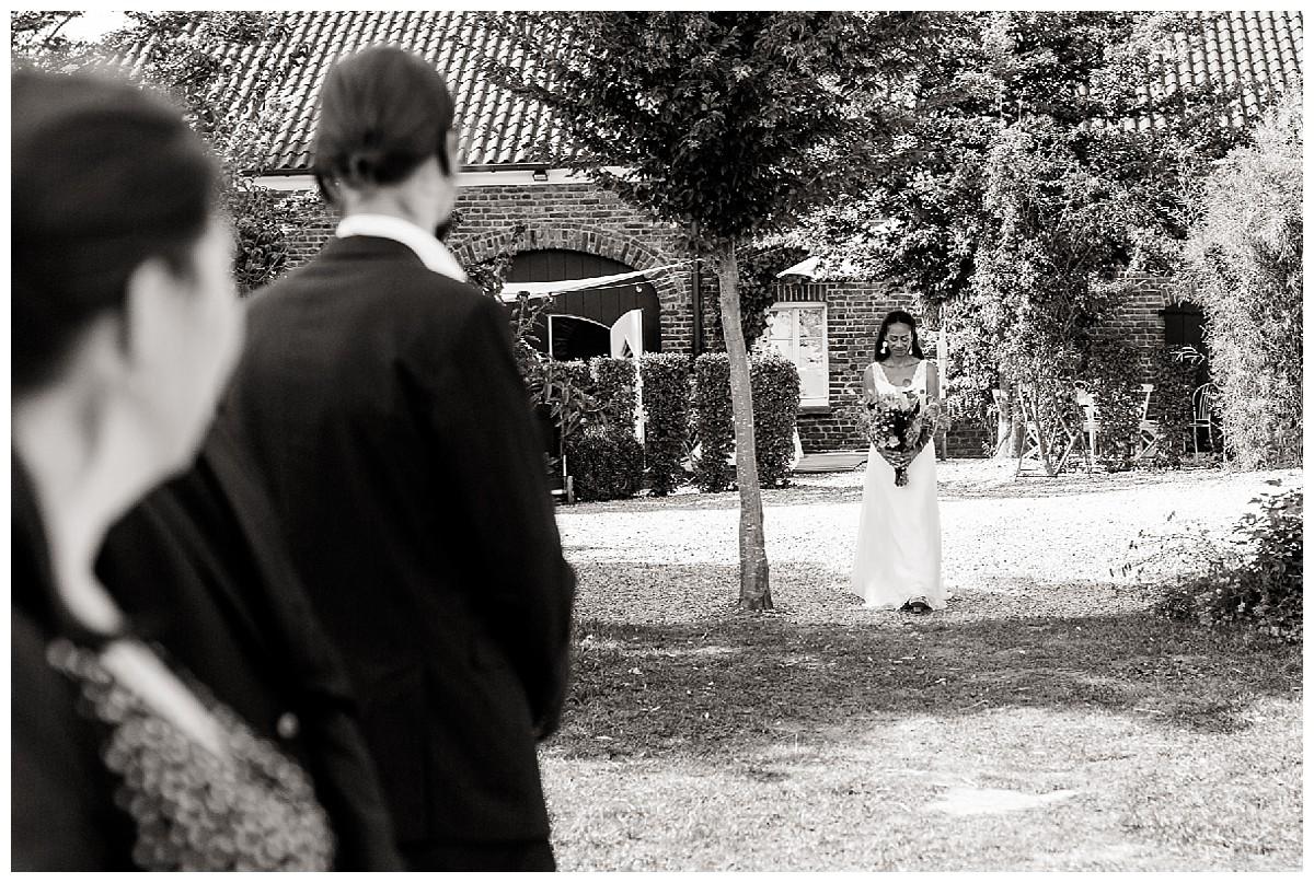 Einzug braut freie Trauung Neimeshof Kempen boho Hochzeit freie Trauung Scheunenhochzeit Hochzeitsfotograf Niederrhein Jane Weber