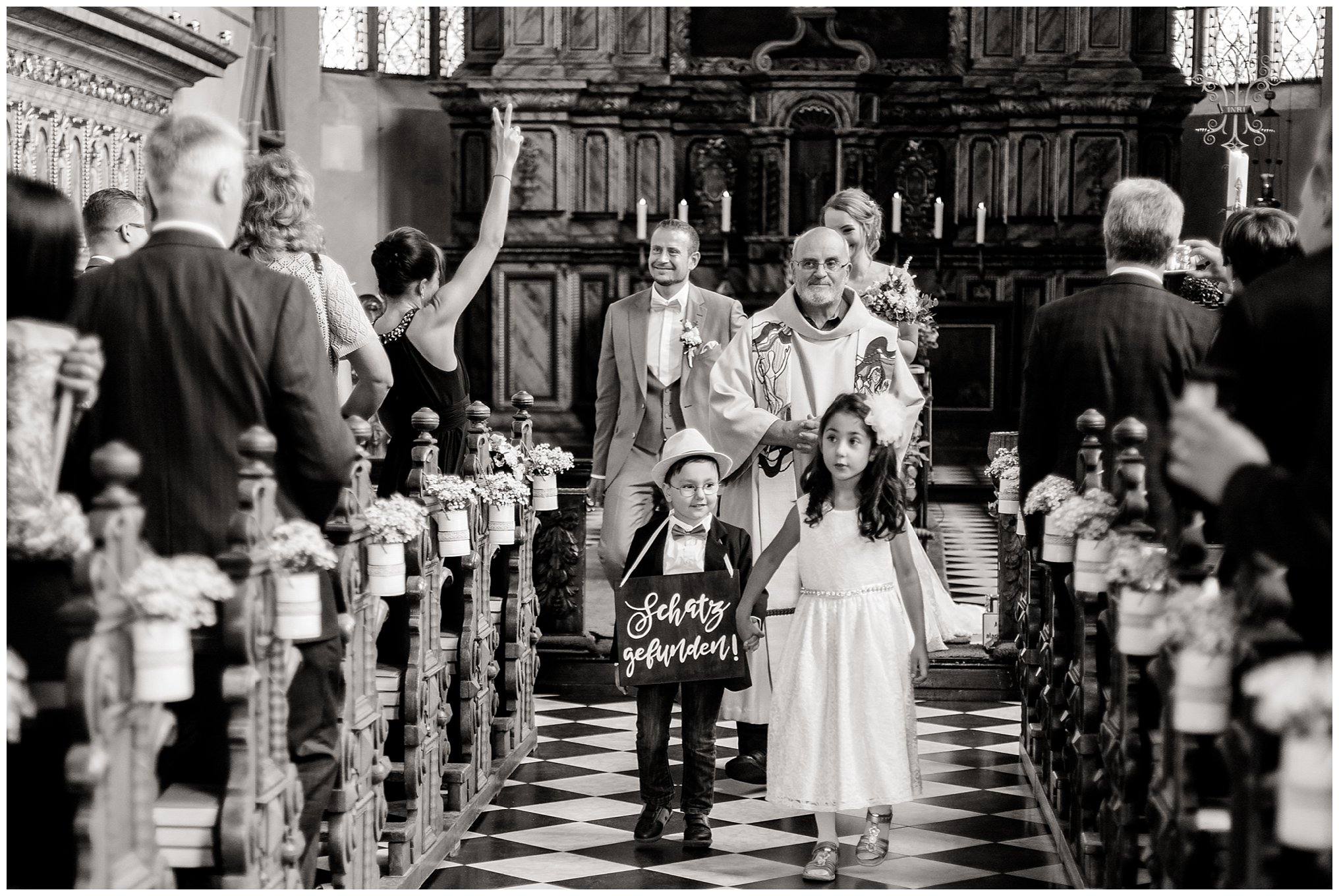 Auszug Kirche Golfhotel Vesper Hochzeit Sprockhövel Hochzeitsfotograf Jane Weber boho chic vintage fine art