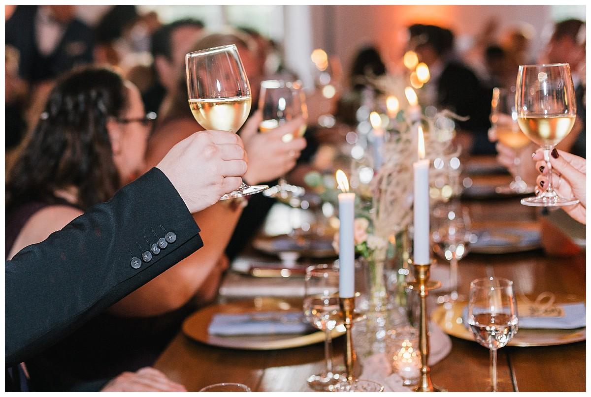Gläser erheben Neimeshof Kempen boho Hochzeit freie Trauung Scheunenhochzeit Hochzeitsfotograf Niederrhein Jane Weber