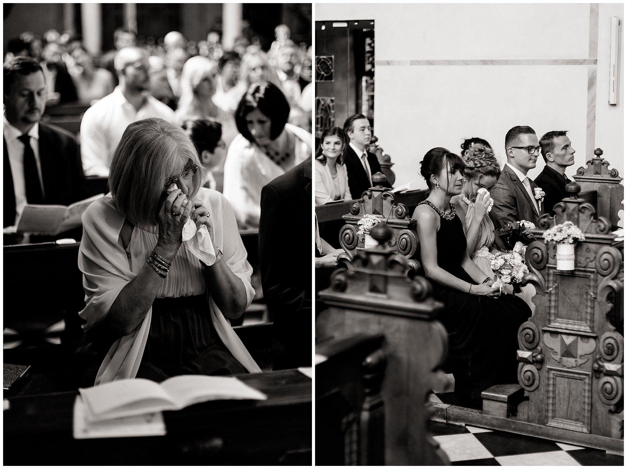 Freudentränen in Kirche Golfhotel Vesper Hochzeit Sprockhövel Hochzeitsfotograf Jane Weber boho chic vintage fine art