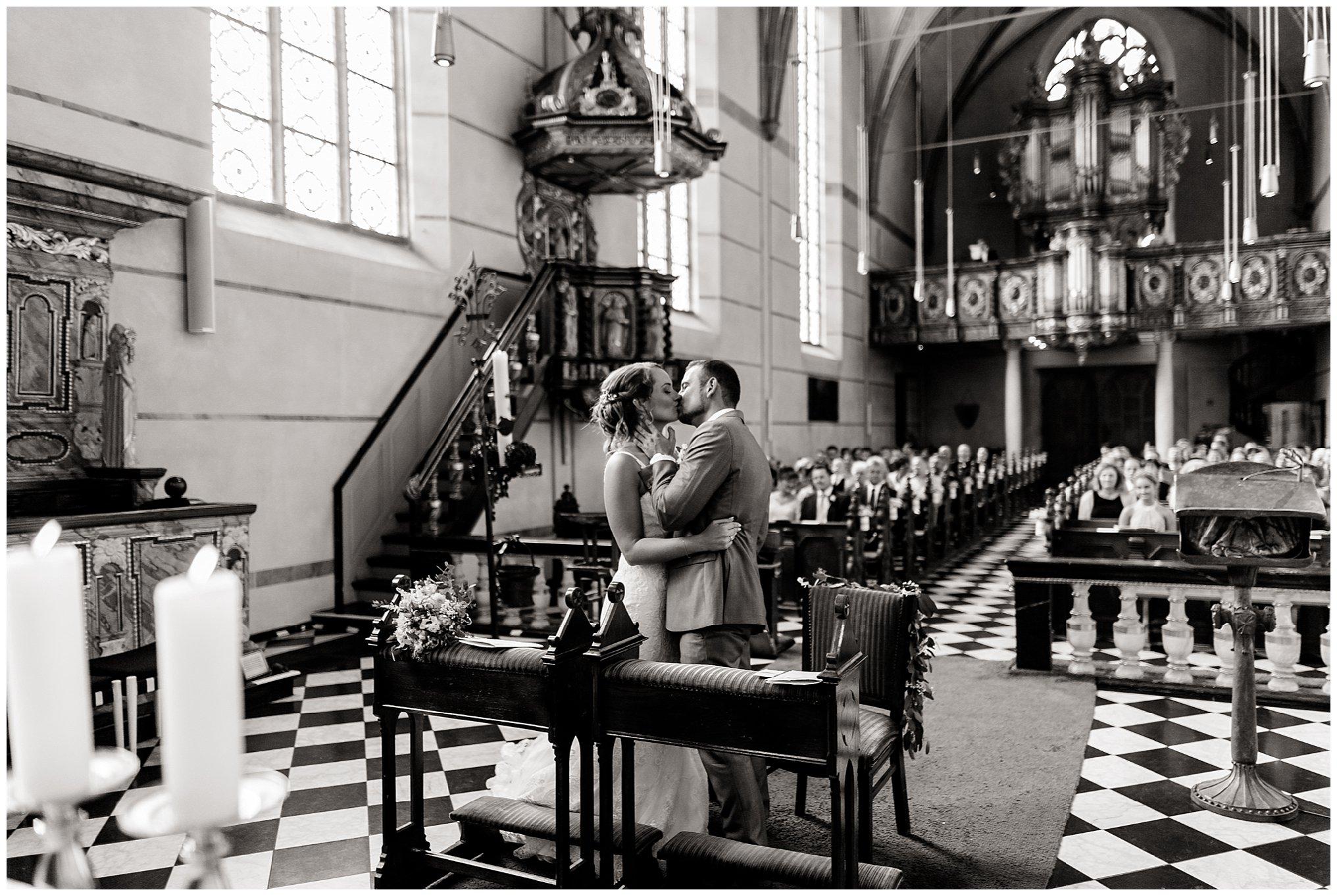 kuss in Kirche Golfhotel Vesper Hochzeit Sprockhövel Hochzeitsfotograf Jane Weber boho chic vintage fine art
