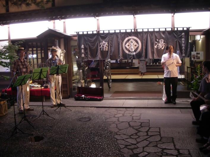 奈良屋旅館前
