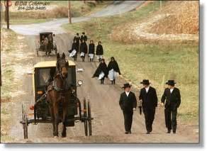 移動は馬車、服は黒。