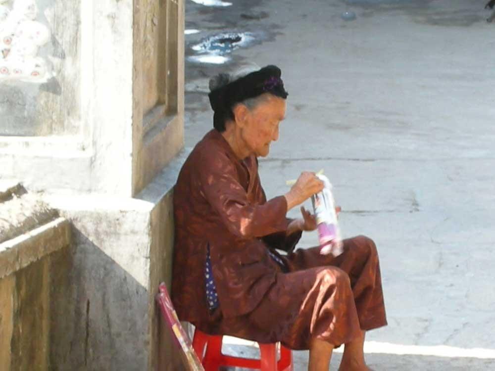 Verkäuferin vor einer Pagode
