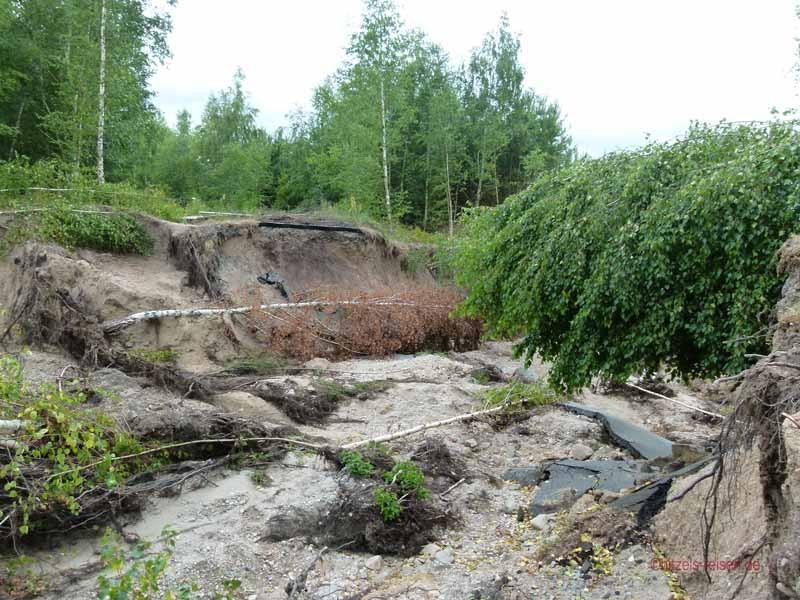 Der Radweg ist ein Opfer des Hochwassers geworden - es geht nicht mehr weiter
