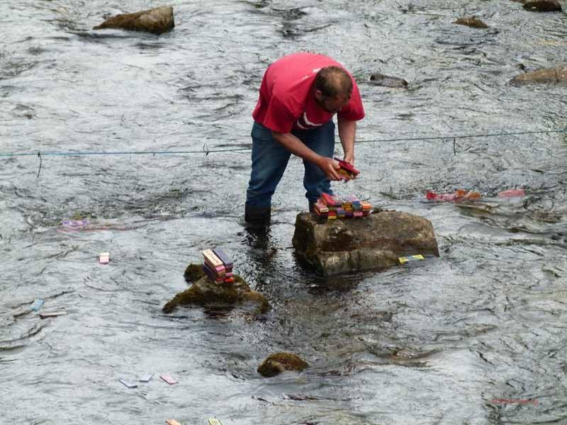 Er fischt die Lose aus dem Fluss