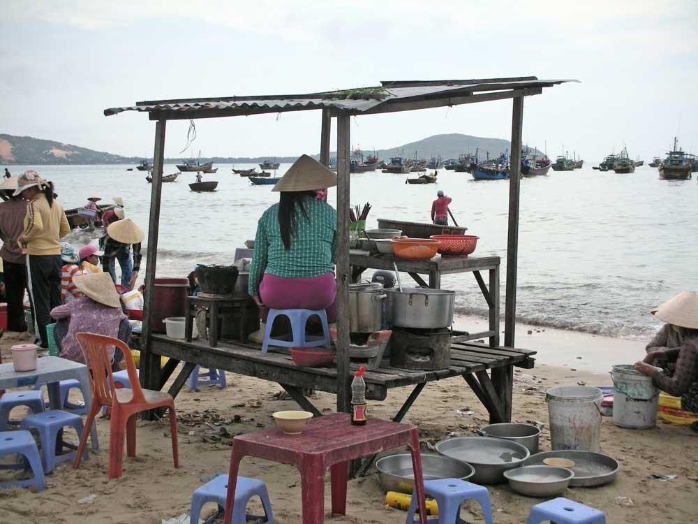 Sie kocht für alle auf dem Fischumschlagplatz