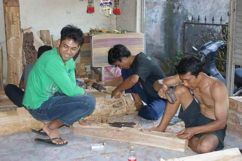 Halt in einer Holzschnitzerwerkstatt
