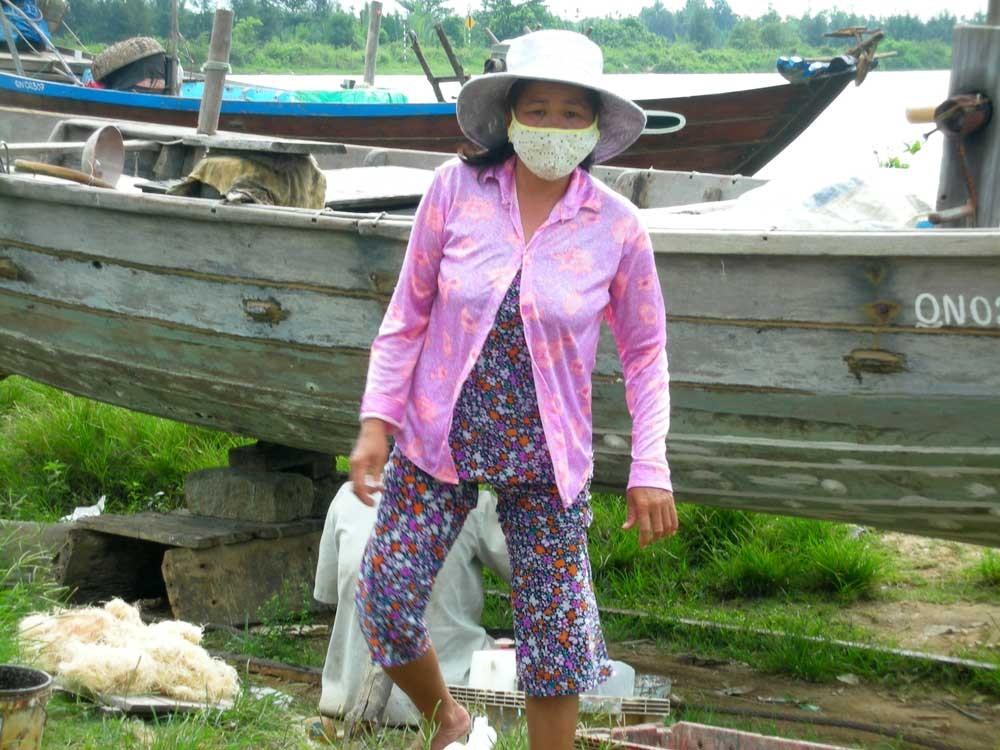 Sie hilft beim Boote reparieren