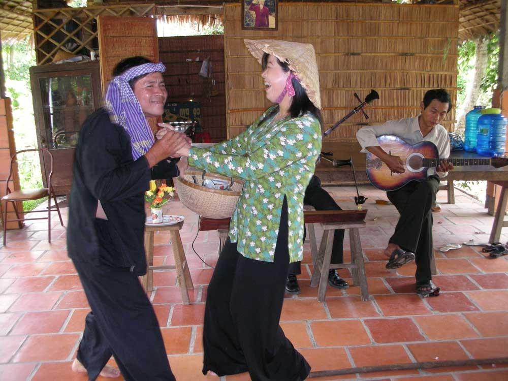 Sie tanzen für die Gäste