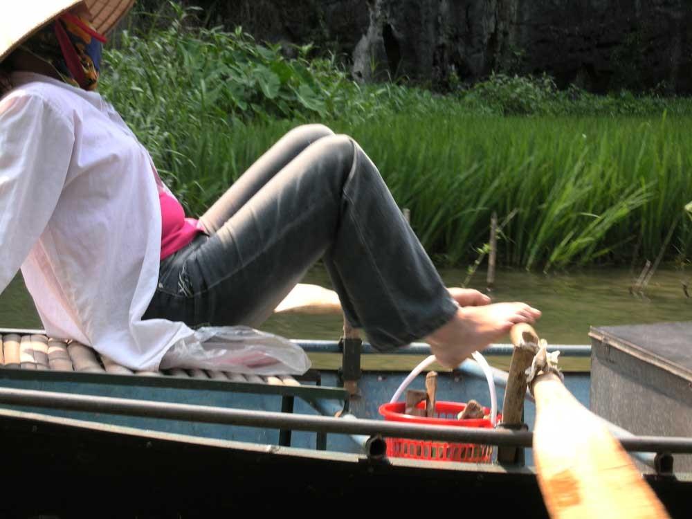 Sie lenkt das Boot mit den Füssen