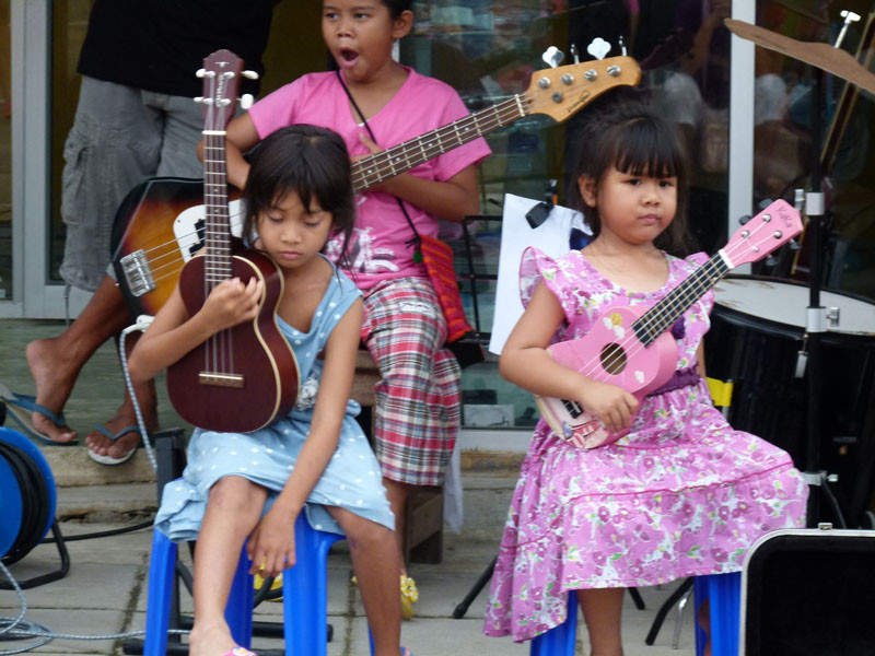 Kinder machen Straßenmusik in Bang Niang