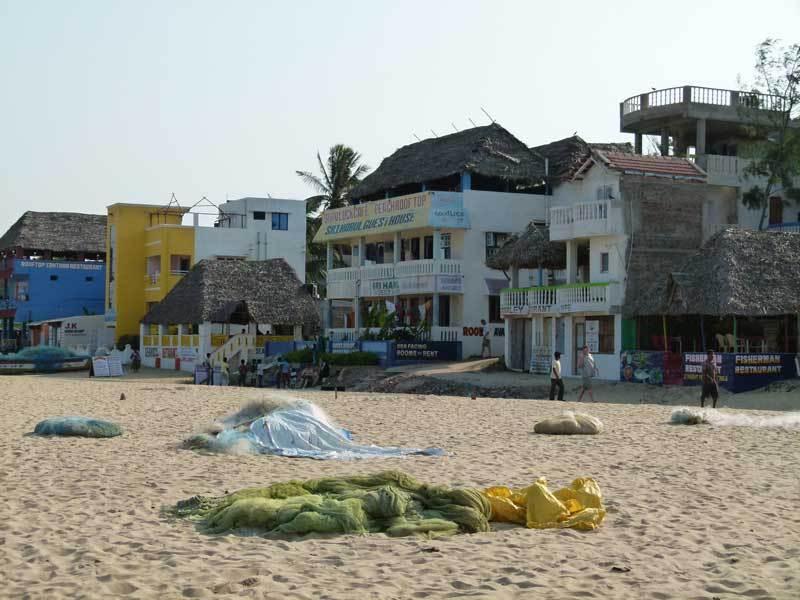 Die ersten Häuser am Strand
