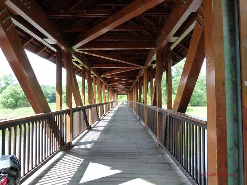 Holzbrücke über die Mulde