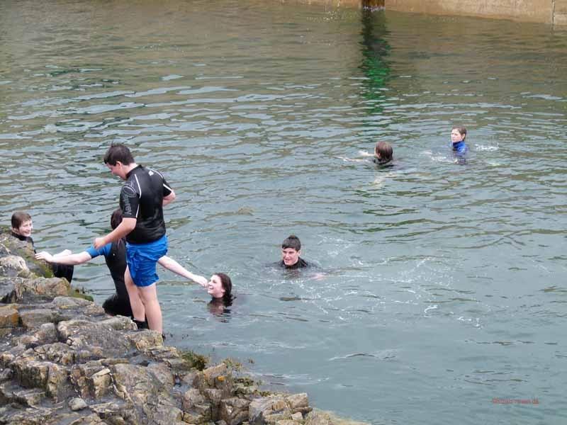 Die Schotten haben eine andere Schmerzgrenze - Jungendliche im Wasser