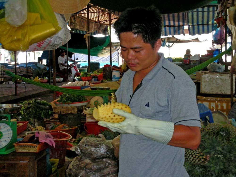 Er schält Ananas
