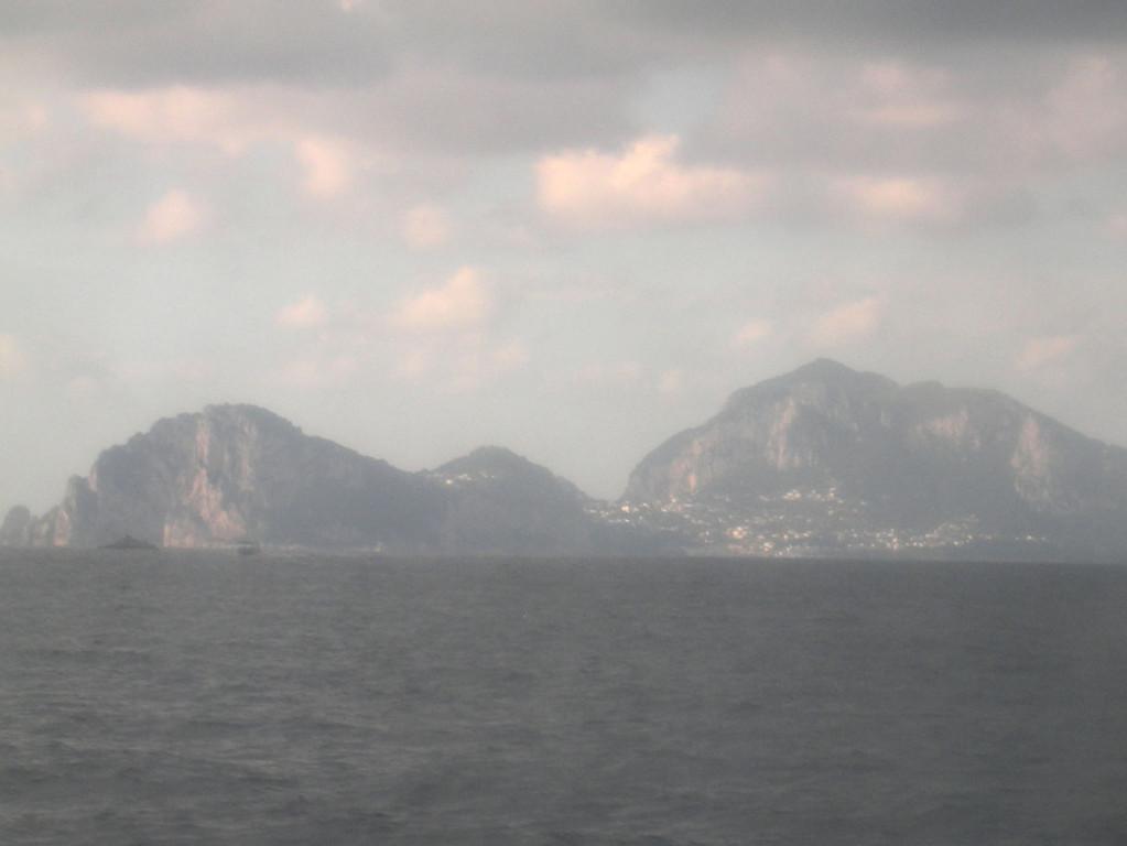 Capri taucht auf - milchig durch die trüben Fensterscheiben