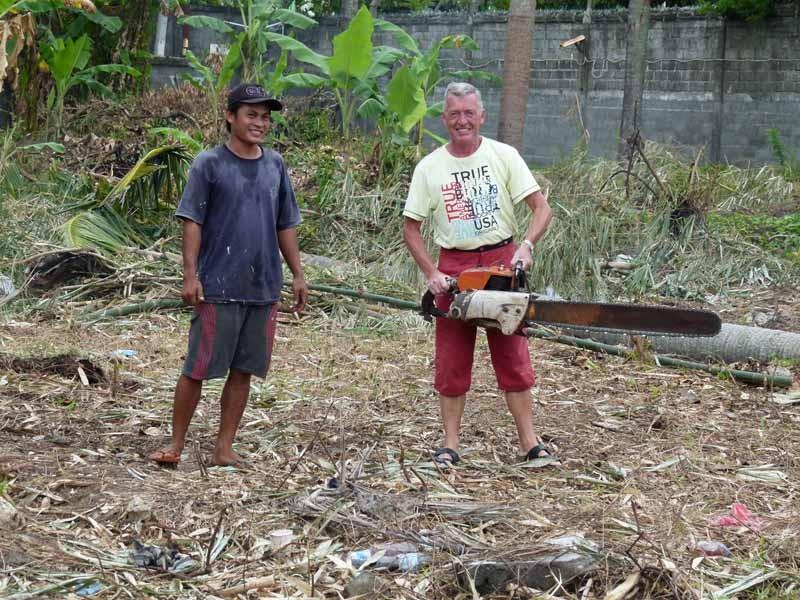 Ein Grundstück wird zur Bebauung freigerodet - Wolfgang posiert mit Säge, aber nur für's Foto