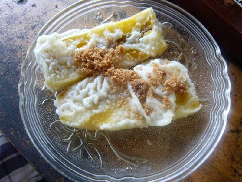 Dazu werden fritierte Bananen gereicht