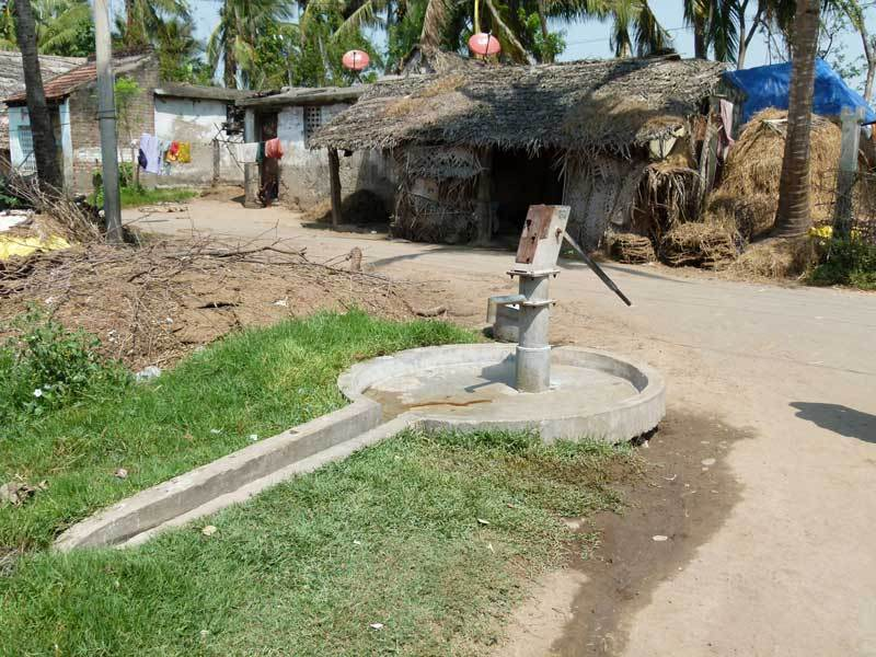 Der zentrale Punkt im Ort - die Wasserpumpe